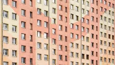 Głośni sąsiedzi w bloku – jak sobie z nimi radzić?